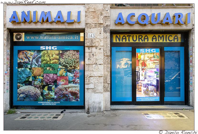 Natura Amica: vetrina esterna negozio