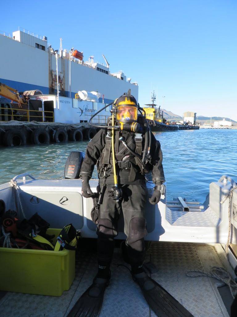 Roberta D'Archino pronta per un'immersione, l'attrezzatura le consente di comunicare con la superficie