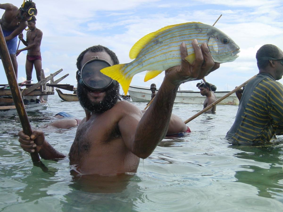 Man_fishing_PapuaNewGuinea_ICRS