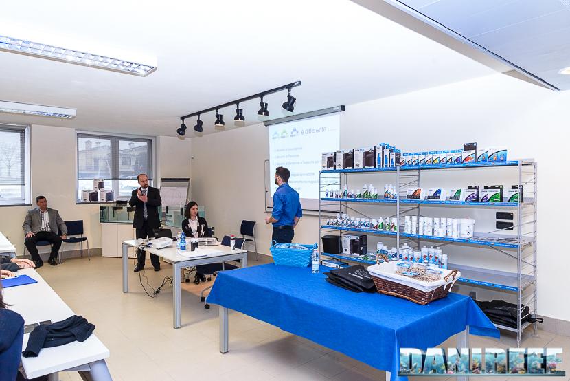 Sullo sfondo lo scaffale con i prodotti Seachem. In alto a destra i test professionali per dolce e marino