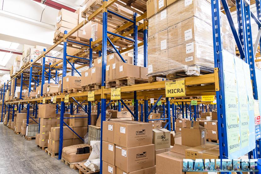 Una sezione del magazzino Sicce con i prodotti negli imballaggi pronti alla spedizione.