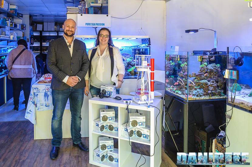 Giulia (Corallinea) e Sam vicino all'espositore con la nuova Conch Slim 7.