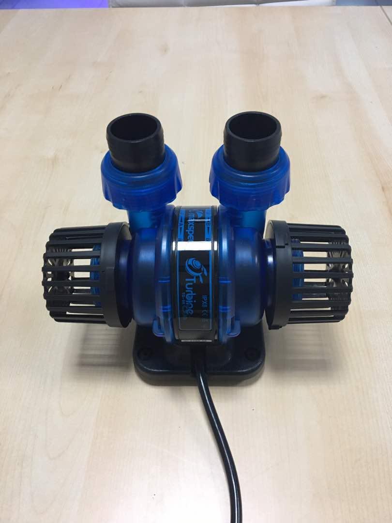 La pompa Maxspect Turbine Duo nella sua vivace colorazione blu elettrico. Photo courtesy of Maxspect.