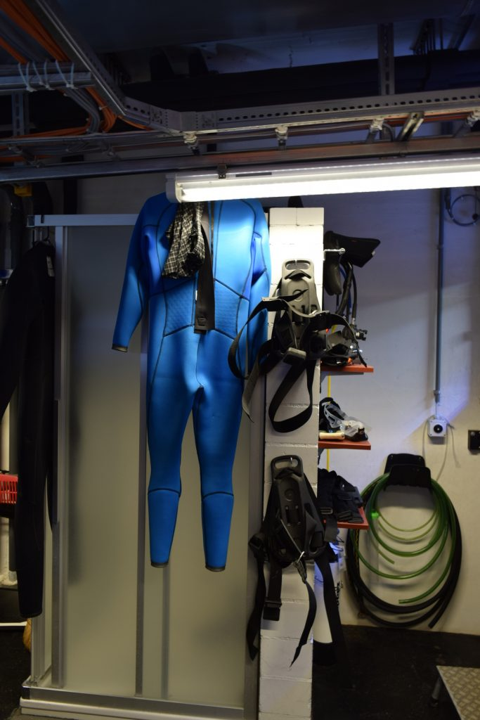 Equipment to dive into the tanks