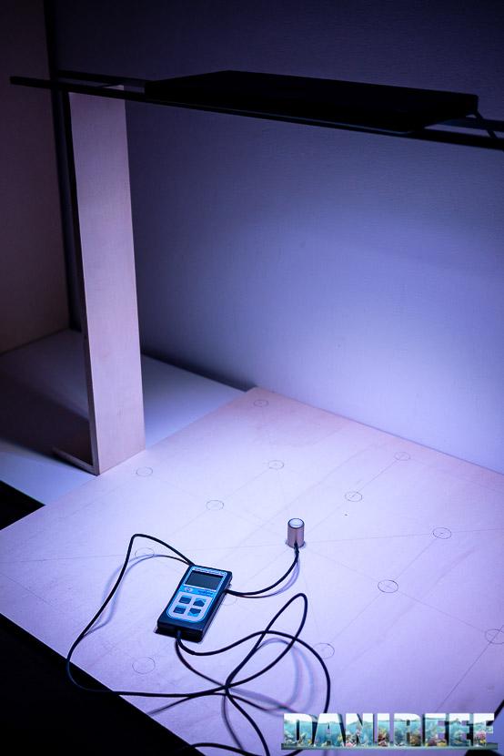 Aqamai LRM nera in tes DaniReef LAB per la misurazione dei PAR a 57 cm di distanza
