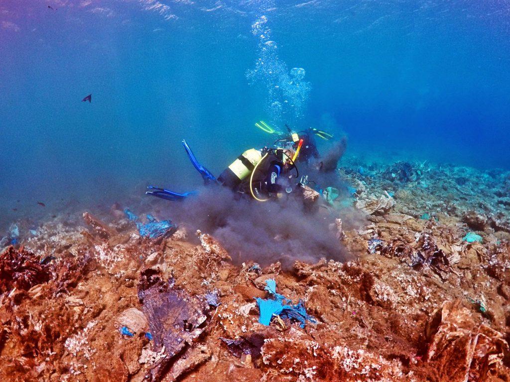 Sub ripuliscono dalla plastica il fondale al largo dell'isola greca di Andros