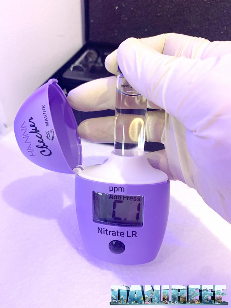 La cuvette pulita è pronta per essere inserita per la calibrazione.